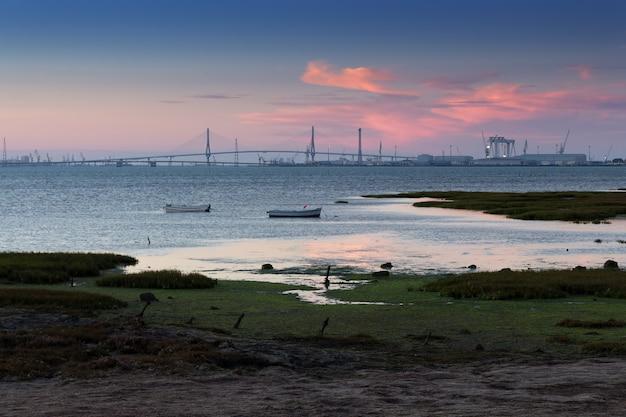 Widok nowego mostu cadiz o zachodzie słońca