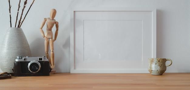 Widok nowoczesnego miejsca pracy z makiety rama i materiały biurowe