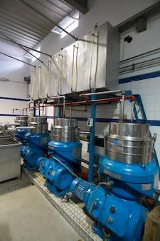 Widok nowoczesnego obiektu przemysłowego do produkcji oliwek.