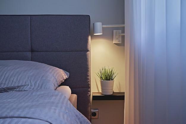 Widok nowoczesnej sypialni w minimalistycznym stylu z beżową pościelą