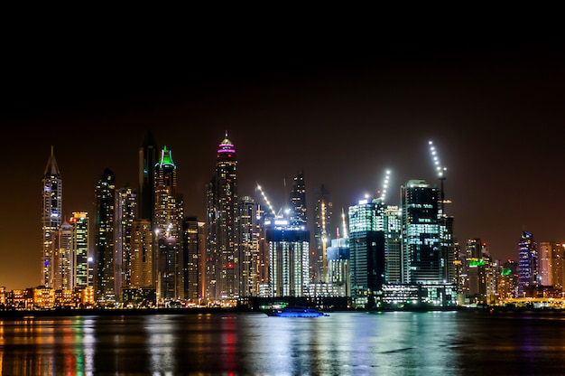 Widok nowoczesnych drapaczy chmur w rezydencji przy plaży jumeirah