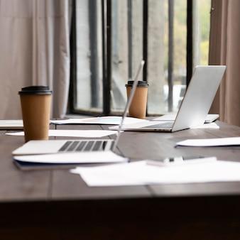 Widok nowoczesnych laptopów w biurze