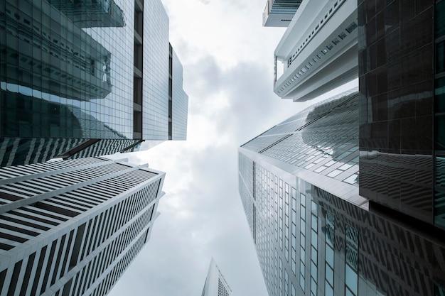 Widok nowoczesnych wieżowców biznesowych szkła i niebo widok krajobrazu handlowego budynku w centrum miasta
