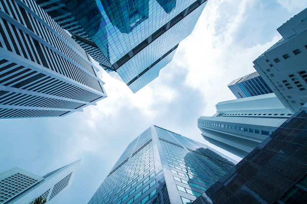 Widok nowożytny biznesowy drapaczy chmur szkło i niebo widoku krajobraz handlowy budynek