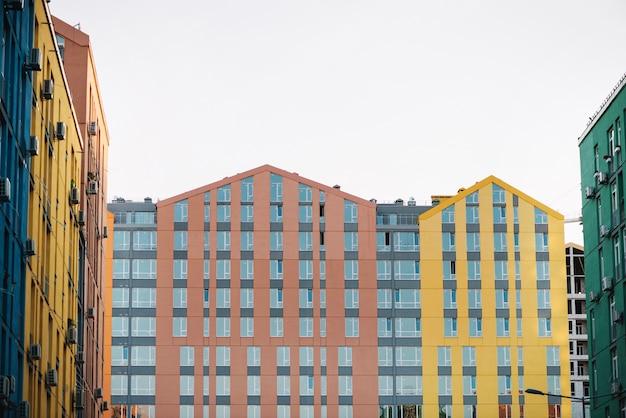 Widok nowych domów na przedmieściach