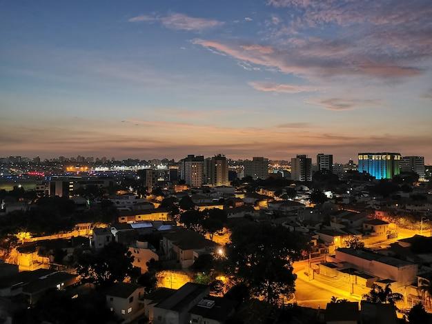 Widok o świcie na pas startowy lotniska krajowego congonhas. são paulo, brazylia