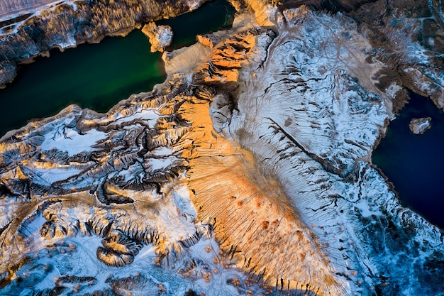 Widok obszarowy piaszczyste wzgórza jeziora rzeki tereny stare kopalnie piasku pokryte pierwszym śniegiem