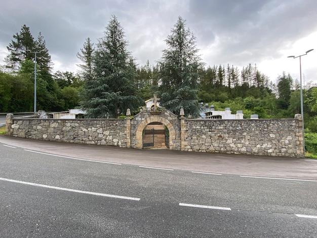 Widok od frontu wejścia na cmentarz