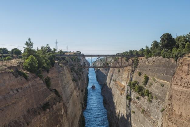 Widok od mosta nad korynckim kanałem blisko ateny w grecja