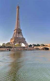 Widok od rzeki wonton wieża eifla w paryż, francja -