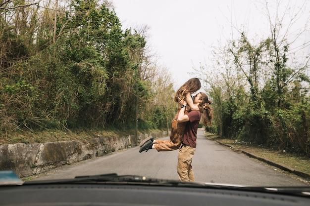 Widok od samochodu młoda para w środku drogi