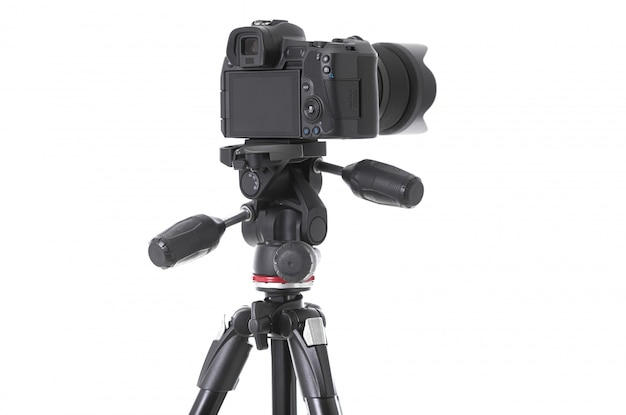 Widok od tyłu nowoczesnej wielofunkcyjnej czarnej kamery na trepied na białym tle
