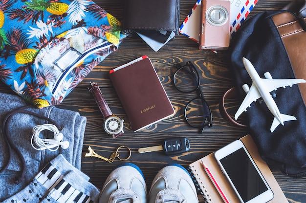 Widok ogólny akcesoriów i przedmiotów podróżnych.