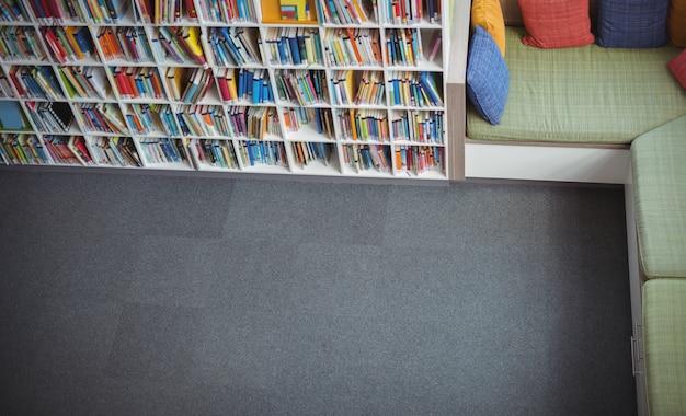 Widok ogólny pustej biblioteki