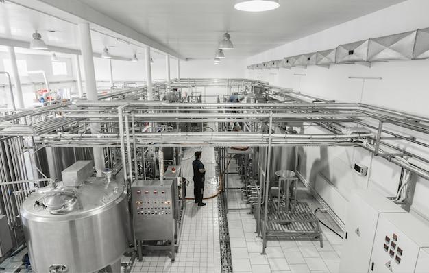 Widok ogólny wnętrza mleczarni. sprzęt w mleczarni
