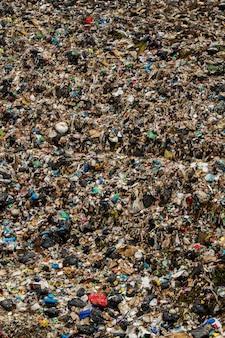 Widok ogromnego miejsca zrzutu śmieci, wynik ludzkiej działalności.