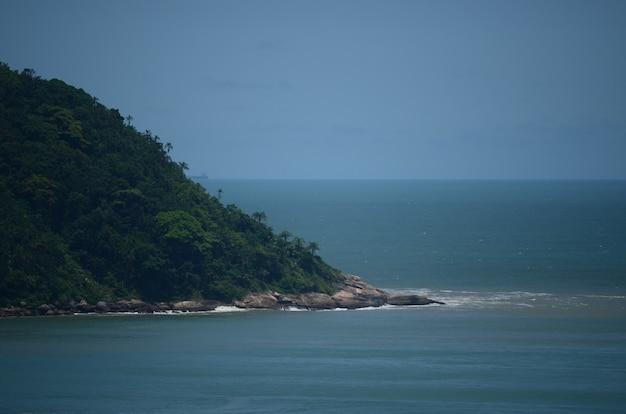 Widok opuszczona plaża o zmierzchu w letni dzień