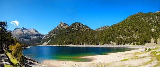 Widok oredon jezioro w hautes pyrenees, france