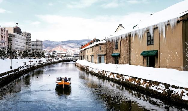 Widok otaru canel w sezonie zimowym z podpisem turystycznej łodzi, hokkaido - japonia.