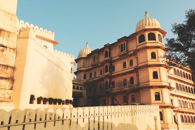 Widok pałacu miasta udaipur w radżastanie w indiach. pałac znajduje się na wschodnim brzegu jeziora pichola