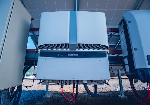 Widok panelu słonecznego z tyłu. falownik przekształca prąd stały w przemienny.