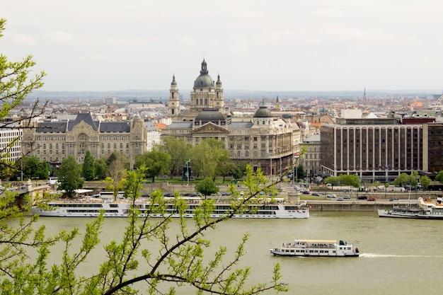 Widok panoramiczny na miasto i rzekę