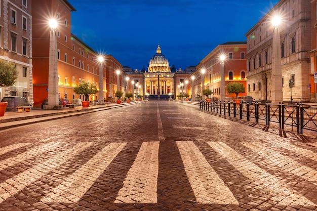 Widok papieskiej bazyliki świętego piotra w watykanie lub katedra świętego piotra podczas porannej niebieskiej godziny w rzymie, włochy.