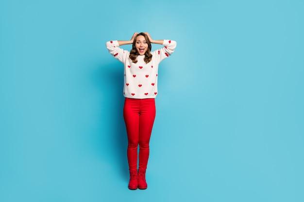 Widok pełnej długości ciała ładnej atrakcyjnej wesołej ekstatycznej radosnej dziewczyny w świątecznej reakcji na rabat sezonu ubrań