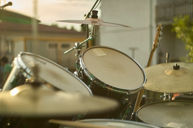 Widok perkusji, instrumentu muzycznego, z punktu widzenia gracza, nakręcony w scenie gotowej na koncert zespołu rockowego na żywo.