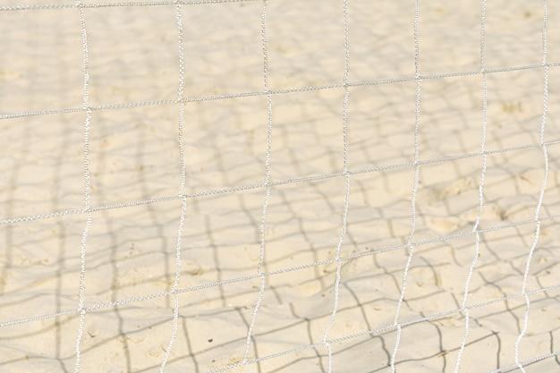 Widok piasku przez siatkę ochronną.