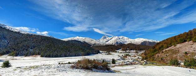Widok pic du midi de bigorre w francuskich pyrenees z śniegiem