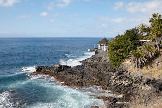 Widok pięknego domu na ocean i skały.