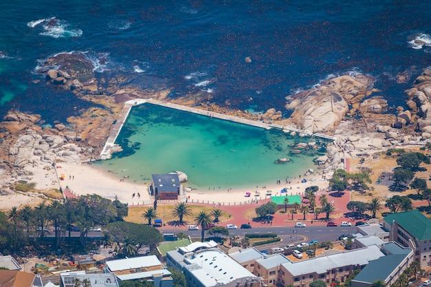 Widok pięknej plaży camps bay ze szczytu góry stołowej w kapsztadzie