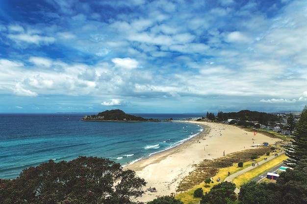 Widok pięknej plaży w mount maunganui, nowa zelandia