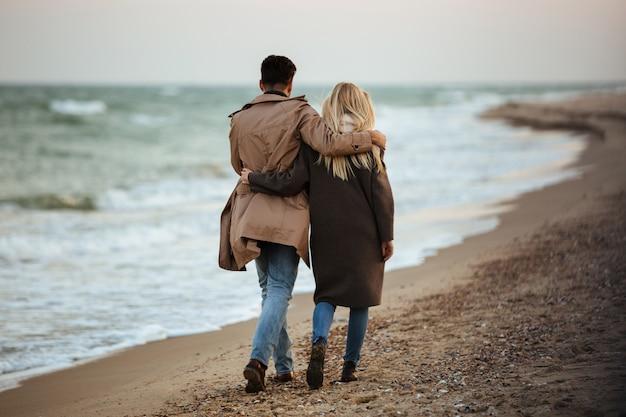 Widok pięknej zakochanej pary z tyłu