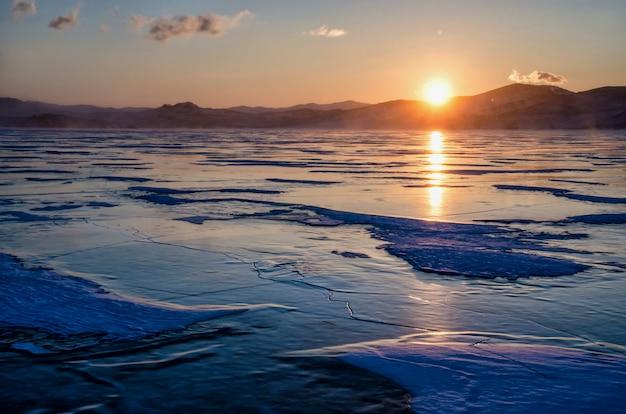Widok pięknych rysunków na lodzie z pęknięć i pęcherzyków głębokiego gazu na powierzchni jeziora bajkał w zimie, rosja