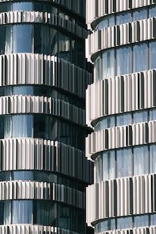 Widok pionowy dwóch wysokich budynków uchwyconych w czasie dnia