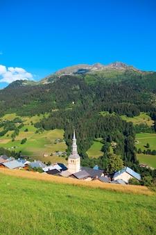 Widok pionowy francuskiej miejscowości w alpach