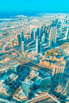 Widok pionowy miasta dubaj ze szczytu wieży.