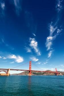 Widok pionowy mostu golden gate w san francisco, kalifornia, usa
