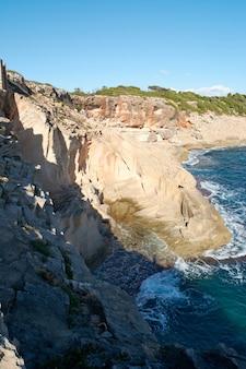 Widok pionowy, stary opuszczony kamieniołom, kamienne bloki, na klifie morza śródziemnego