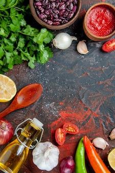 Widok pionowy tło kolacja z kijem keczupu czosnku butelki zielonej oliwy