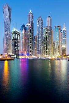 Widok pionowy wieżowców w dubai marina, zjednoczone emiraty arabskie.