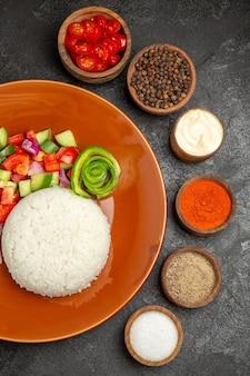 Widok pionowy zdrowego posiłku i różnorodności smaków