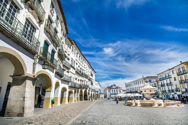 Widok placu giraldo znajduje się na evora, portugalia.