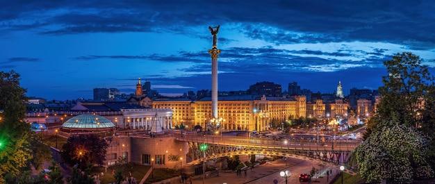 Widok placu niepodległości z dramatycznymi chmurami o zachodzie słońca kijów kijów ukraina