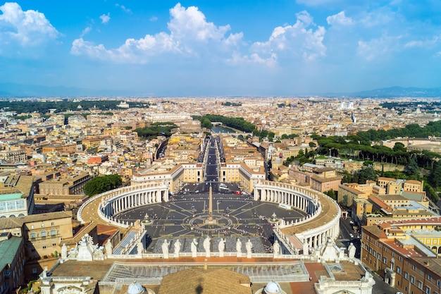 Widok placu świętego piotra z dachu bazyliki świętego piotra w rzymie
