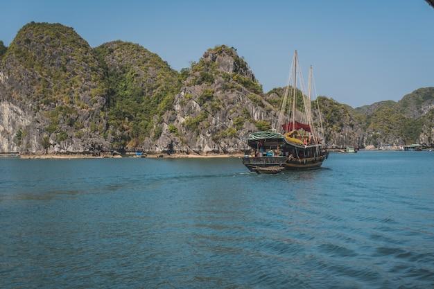 Widok podróży na łodzi turystycznej na ha long bay, światowego dziedzictwa przyrodniczego