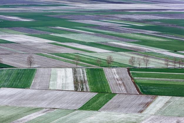 Widok pól i działek rolnych z lotu ptaka. widok z lotu ptaka.