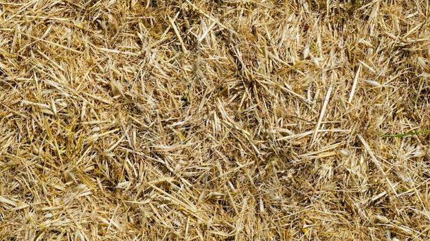 Widok pola słomy z góry na tle